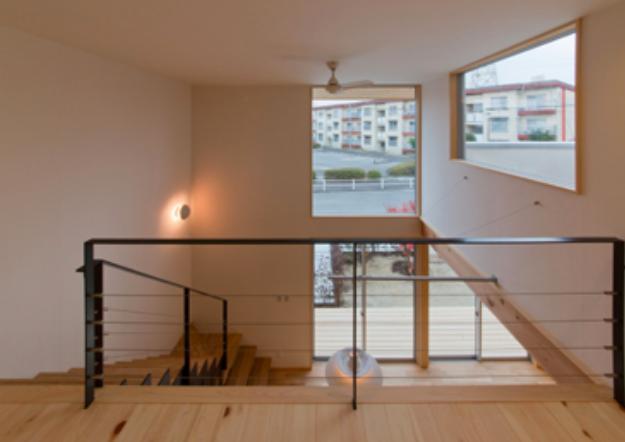 『丹羽の家』ヒノキ造りの柔らかな表情の家の部屋 階段-大きな高窓より光を取り込む