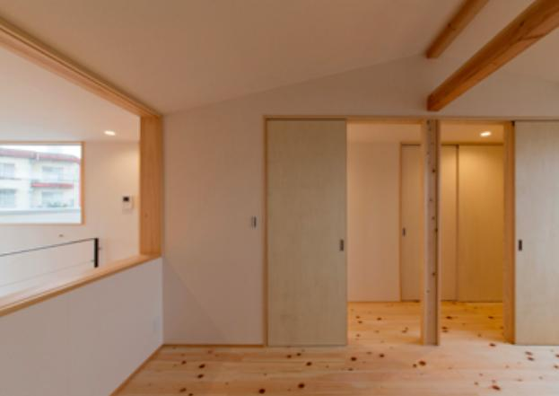 『丹羽の家』ヒノキ造りの柔らかな表情の家の部屋 ヒノキフローリングの2階洋室