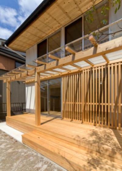 ガラス屋根のウッドデッキ (『天白の家 XI』のびのび暮らす住まい)