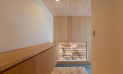 『天白の家 XI』のびのび暮らす住まい (玄関-壁天井はヒノキ羽目板)