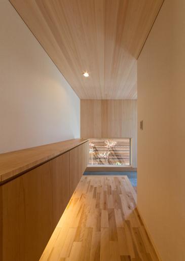 『天白の家 XI』のびのび暮らす住まいの部屋 玄関-壁天井はヒノキ羽目板