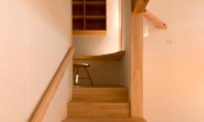 『天白の家 XI』のびのび暮らす住まい (階段踊り場-書斎カウンター)