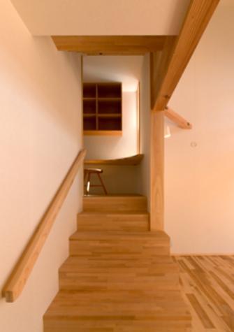 『天白の家 XI』のびのび暮らす住まいの部屋 階段踊り場-書斎カウンター