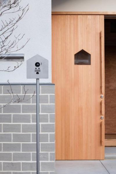 家型モチーフを盛り込んだエントランス (『MORI』木の温もり感じる絵本の中の家)