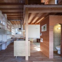 『MORI』木の温もり感じる絵本の中の家 (キッチン・壁面クロスが可愛いトイレ)