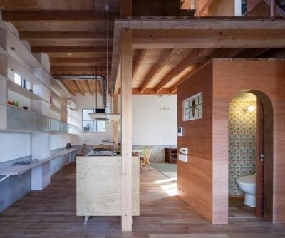 キッチン・壁面クロスが可愛いトイレ (『MORI』木の温もり感じる絵本の中の家)