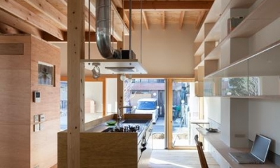 土間より明るい光の差し込むキッチン|『MORI』木の温もり感じる絵本の中の家