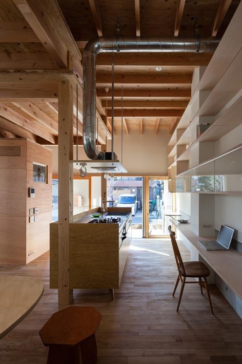『MORI』木の温もり感じる絵本の中の家の部屋 土間より明るい光の差し込むキッチン