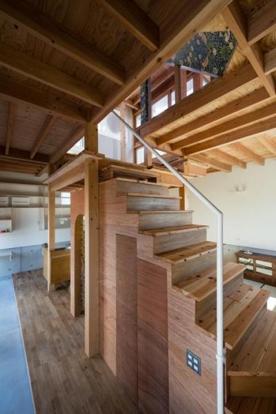 階段-階段下はトイレ (『MORI』木の温もり感じる絵本の中の家)