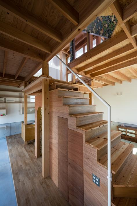 『MORI』木の温もり感じる絵本の中の家 (階段-階段下はトイレ)