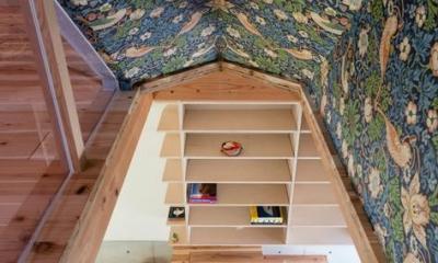 『MORI』木の温もり感じる絵本の中の家 (アクセントクロスを使用した階段室)