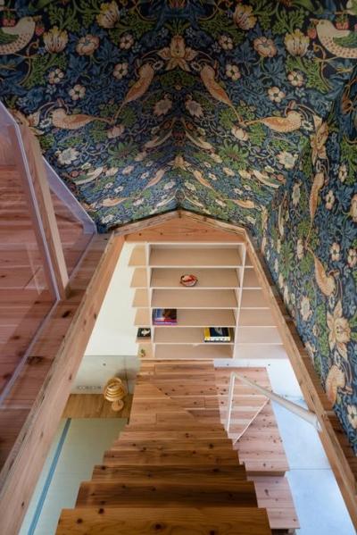 アクセントクロスを使用した階段室 (『MORI』木の温もり感じる絵本の中の家)