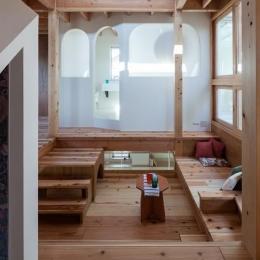 『MORI』木の温もり感じる絵本の中の家 (家族の集まる2階フリースペース)