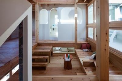 家族の集まる2階フリースペース (『MORI』木の温もり感じる絵本の中の家)