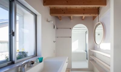 真っ白な洗面・浴室|『MORI』木の温もり感じる絵本の中の家