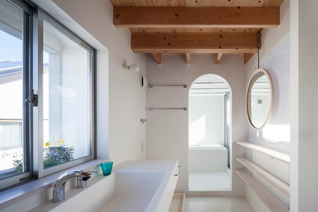 『MORI』木の温もり感じる絵本の中の家の写真 真っ白な洗面・浴室