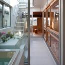 『MORI』木の温もり感じる絵本の中の家の写真 浴室からつながる中庭