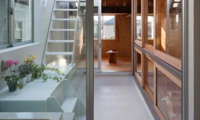 『MORI』木の温もり感じる絵本の中の家 (浴室からつながる中庭)