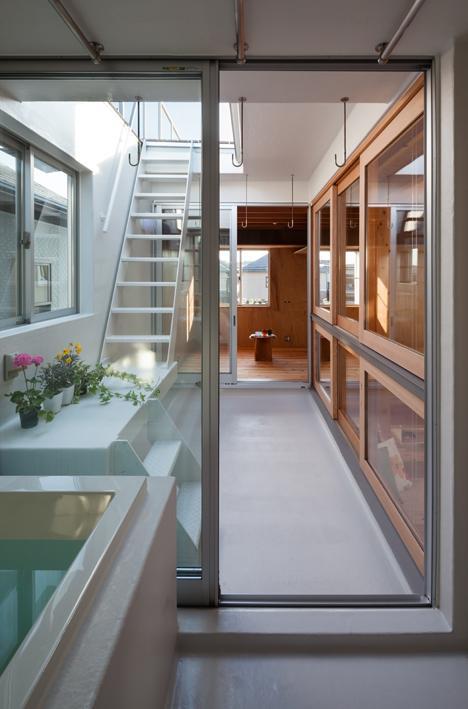 『MORI』木の温もり感じる絵本の中の家の部屋 浴室からつながる中庭
