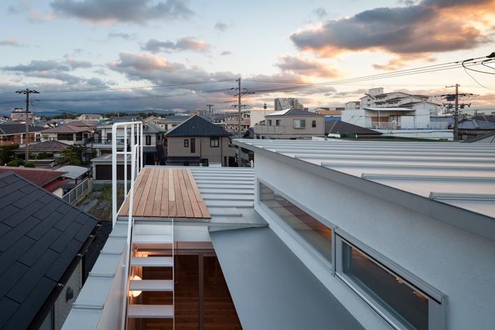 『MORI』木の温もり感じる絵本の中の家 (小さな屋上テラス)