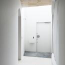 白で統一された玄関ホール