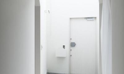 『Moon』柔らかくて優しい住まい (白で統一された玄関ホール)
