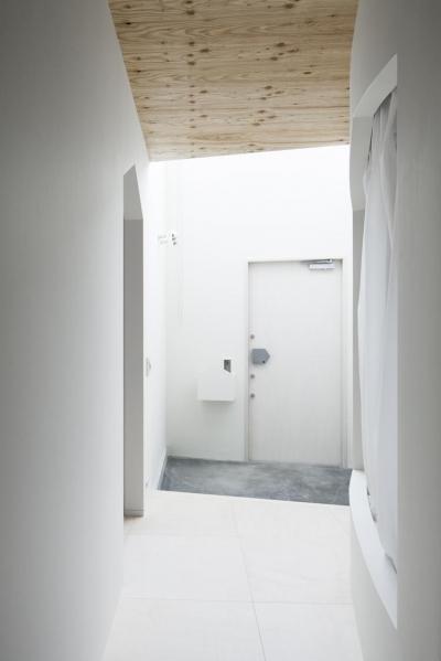 白で統一された玄関ホール (『Moon』柔らかくて優しい住まい)