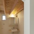 『Moon』柔らかくて優しい住まいの写真 垂木現し天井の洗面所
