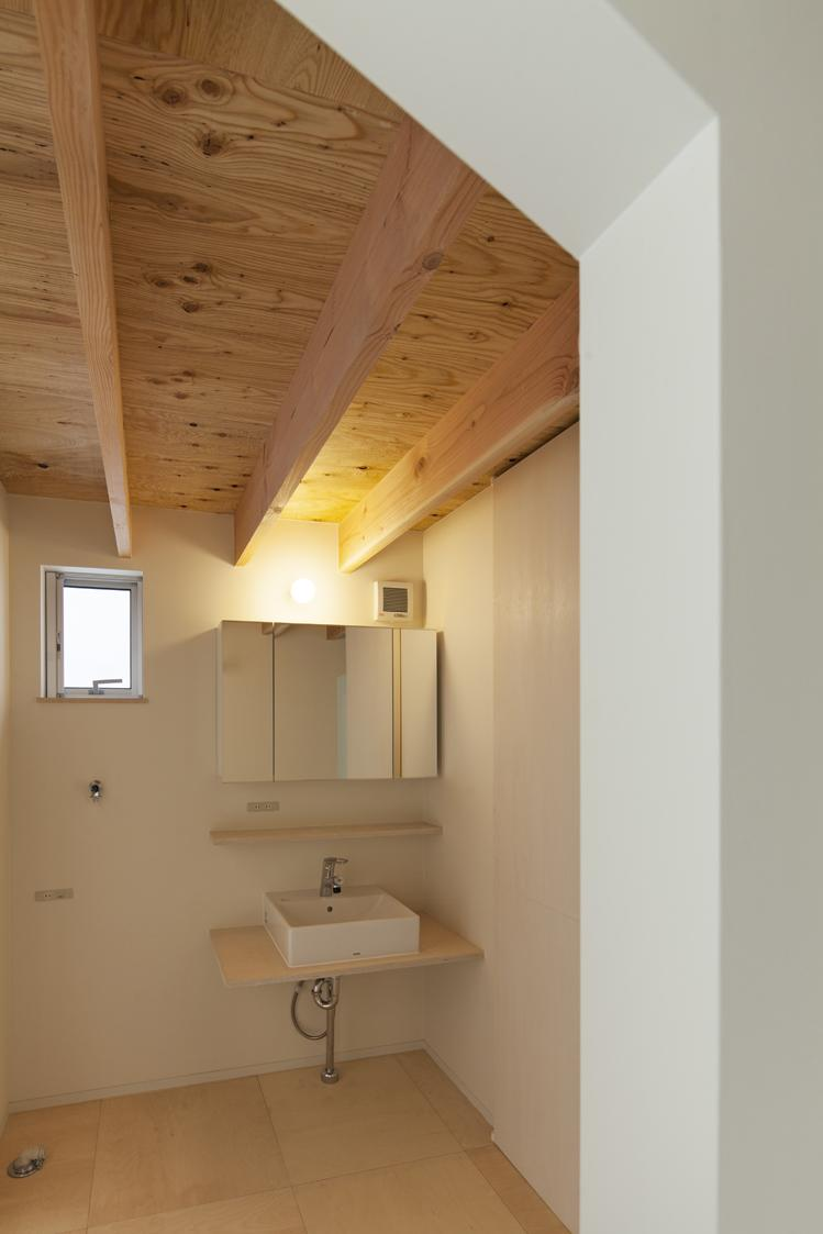 『Moon』柔らかくて優しい住まいの部屋 垂木現し天井の洗面所