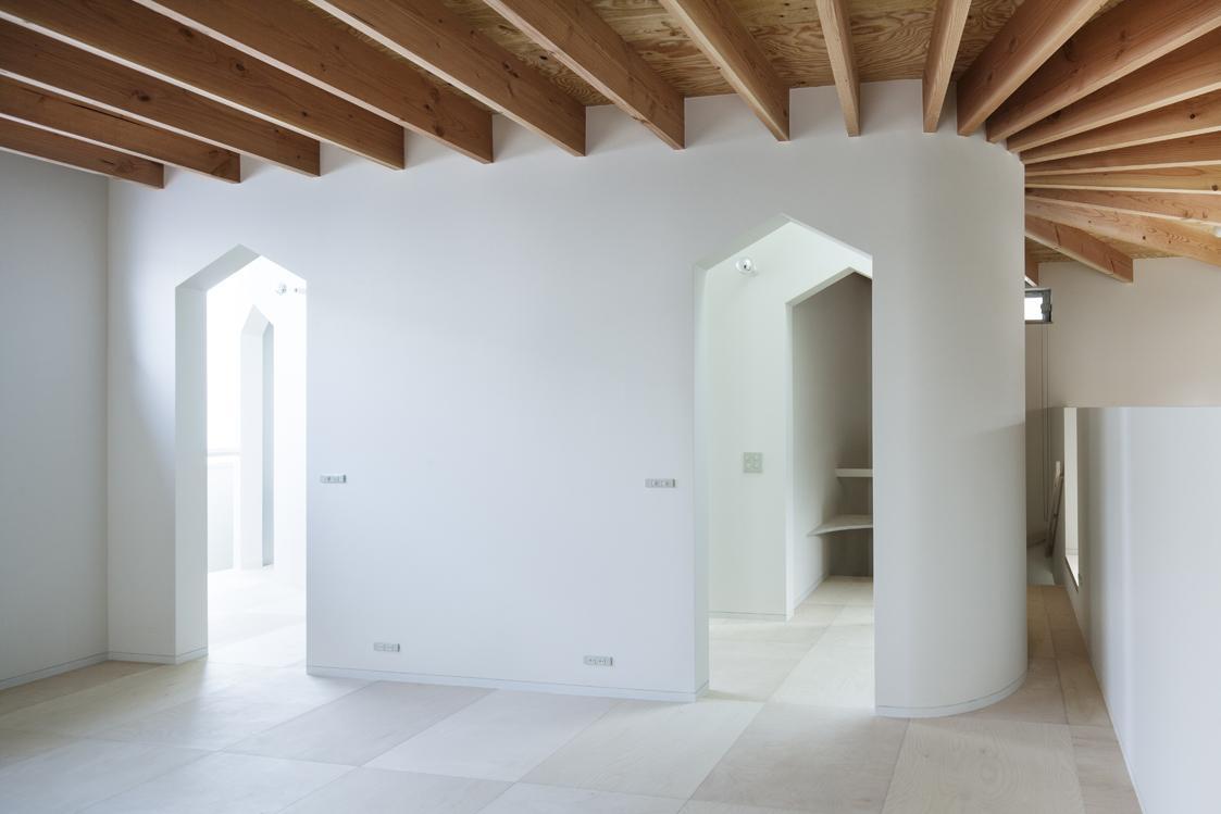 『Moon』柔らかくて優しい住まいの部屋 家型モチーフの入口