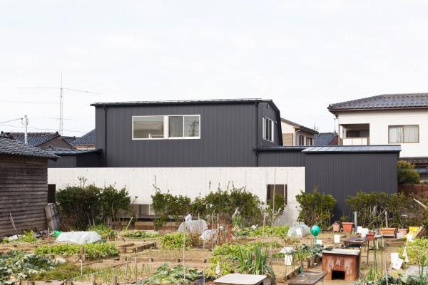 『金石の家』プライバシーを守りながら開放的に暮らす家の部屋 黒い家外観