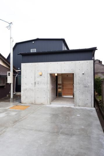 『金石の家』プライバシーを守りながら開放的に暮らす家の写真 コンクリートに囲われた玄関ポーチ