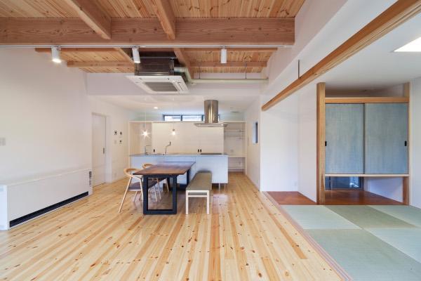 『金石の家』プライバシーを守りながら開放的に暮らす家の写真 畳室のあるLDK