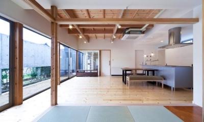 畳室よりリビングを見る|『金石の家』プライバシーを守りながら開放的に暮らす家
