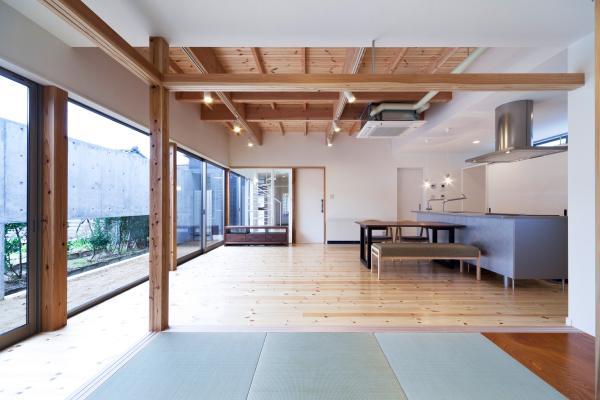 『金石の家』プライバシーを守りながら開放的に暮らす家の部屋 畳室よりリビングを見る