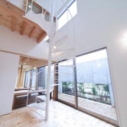 『金石の家』プライバシーを守りながら開放的に暮らす家 (大きな吹き抜けと螺旋階段)