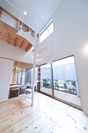 『金石の家』プライバシーを守りながら開放的に暮らす家の写真 大きな吹き抜けと螺旋階段