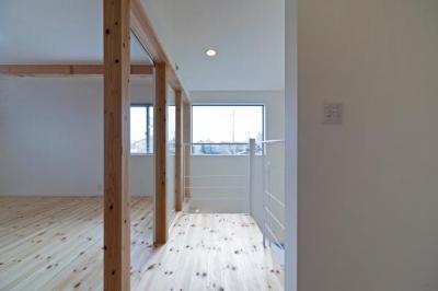 『金石の家』プライバシーを守りながら開放的に暮らす家 (高窓より光の差し込む2階洋室)