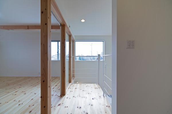 『金石の家』プライバシーを守りながら開放的に暮らす家の部屋 高窓より光の差し込む2階洋室