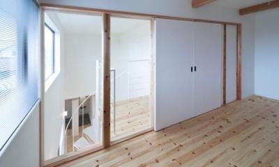ガラス張りの窓と白い引き戸の洋室|『金石の家』プライバシーを守りながら開放的に暮らす家