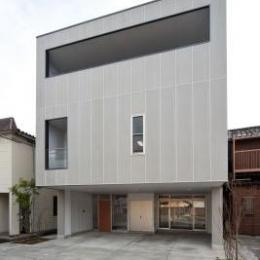 『杉浦町の家』中庭のあるシンプルな住まい (キューブ型のモダンな外観)