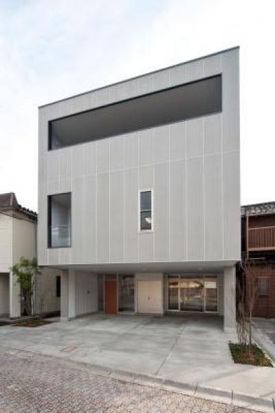 キューブ型のモダンな外観 (『杉浦町の家』中庭のあるシンプルな住まい)