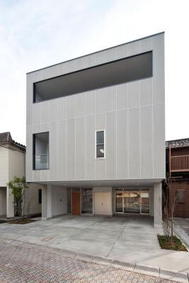『杉浦町の家』中庭のあるシンプルな住まいの部屋 キューブ型のモダンな外観
