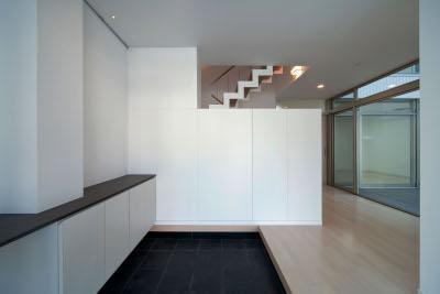 『杉浦町の家』中庭のあるシンプルな住まいの部屋 シンプルモダンな玄関ホール