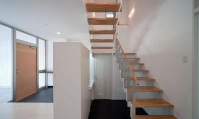 『杉浦町の家』中庭のあるシンプルな住まい (スケルトン階段)