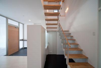 『杉浦町の家』中庭のあるシンプルな住まいの部屋 スケルトン階段