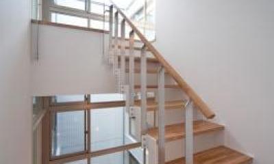『杉浦町の家』中庭のあるシンプルな住まい (3階につながる階段)