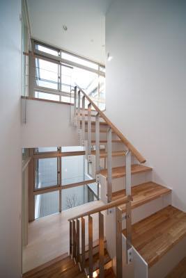 『杉浦町の家』中庭のあるシンプルな住まいの部屋 3階につながる階段