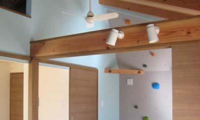 天井高さを利用したクライミングウォール|『クライミングウォールのある住宅』太陽と風と共に暮らす家