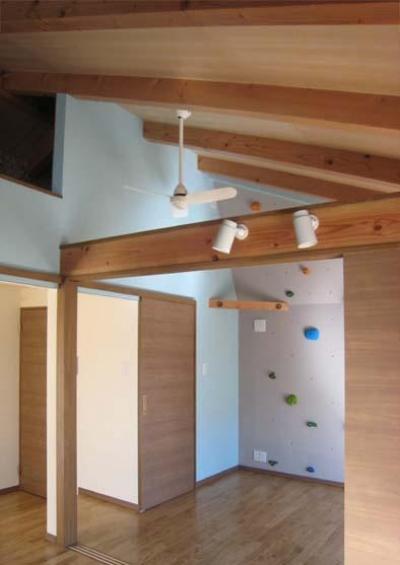 天井高さを利用したクライミングウォール (『クライミングウォールのある住宅』太陽と風と共に暮らす家)